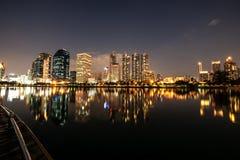 与光反射的现代夜城市地平线 库存图片