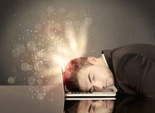 与光和键盘的恼怒的商人 库存照片