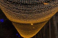 与光圣诞灯边界的圣诞节背景 在黑背景的发光的五颜六色的圣诞灯 免版税库存照片