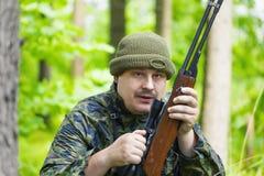 与光学步枪的猎人 库存图片