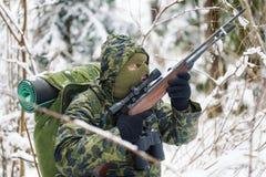 与光学步枪的猎人 免版税库存照片