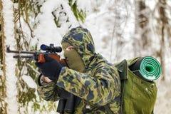 与光学步枪的猎人 免版税库存图片