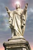 与光晕的耶稣基督雕象在他的头 免版税库存图片