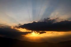 与光束的日落在云彩 免版税库存图片