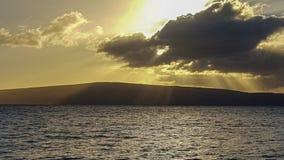 与光束的日落沿毛伊海滩 免版税库存照片