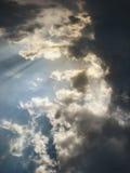 与光束的蓝色多云天空 免版税库存照片