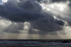 与光束的风雨如磐的海天空 免版税库存图片