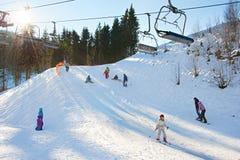 与光束的滑雪胜地 图库摄影