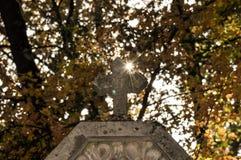 与光柱的十字架 免版税图库摄影