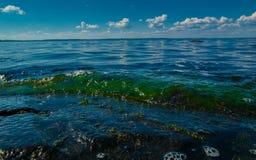 与光滑的云彩的惊人的湖视图 库存图片