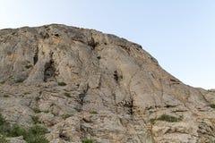 与光滑的墙壁和参差不齐顶面不能接近的高山 库存图片