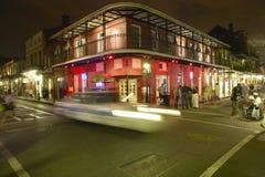 与光的夜生活在法国街区新奥尔良,路易斯安那的保守主义者街上 免版税库存图片