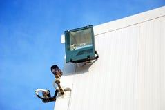 与光的安全监控相机 免版税库存图片
