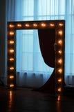 与光的木曲拱为婚礼装饰了 免版税图库摄影