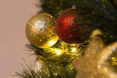 与光的欢乐装饰的圣诞树 免版税图库摄影