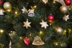 与光的欢乐装饰的圣诞树 库存图片