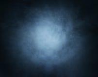 与光的深刻的深蓝烟背景在中心 免版税库存图片