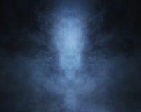 与光的深刻的蓝色烟背景 免版税库存图片