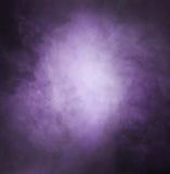 与光的深紫色的烟背景 免版税图库摄影