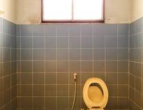 与光的老洗手间 库存照片