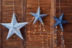 与光的装饰星在棕色木墙壁,拷贝空间上 图库摄影