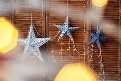 与光的装饰星在棕色木墙壁,拷贝空间上 免版税库存照片
