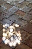 与光的西班牙内部石楼层 免版税库存照片