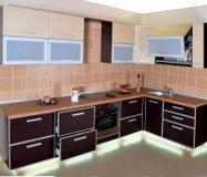 与光的豪华现代厨房内部 免版税库存照片