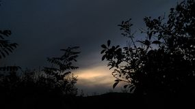 与光的黑暗的天空 图库摄影
