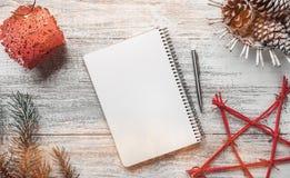 与光线影响和现代元素的祝贺与空间圣诞节和新年假日 免版税库存照片