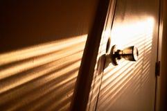 与光线的门把手 免版税库存照片