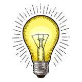 与光芒的发光的轻的白炽电灯泡 传染媒介葡萄酒板刻 免版税库存照片