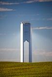 与光芒的太阳塔-热太阳电源的蓝天和绿色 免版税库存照片