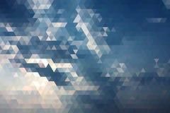 与光芒的抽象蓝天太阳几何三角低多 免版税库存图片