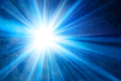 与光芒的抽象蓝色背景 免版税图库摄影