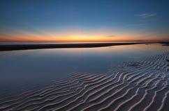 与光芒的美丽的黎明天空和沙子仿造作为前景 图库摄影