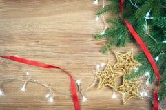 与光诗歌选的红色和金黄圣诞装饰玩具球和星背景  图库摄影