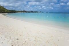 与光滑的海洋的热带海滩 免版税库存照片