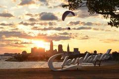 与克利夫兰地平线、伊利湖和滑翔伞的日出 免版税库存照片
