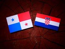 与克罗地亚旗子的巴拿马旗子在树桩 免版税图库摄影