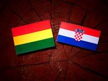 与克罗地亚旗子的玻利维亚的旗子在树桩 免版税库存图片