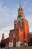 与克里姆林宫时钟的Spasskaya塔在莫斯科,俄罗斯 免版税图库摄影