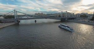 与克里米亚半岛桥梁的莫斯科空中场面在河,俄罗斯 股票录像