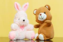 与兔宝宝玩偶的玩具熊 免版税图库摄影