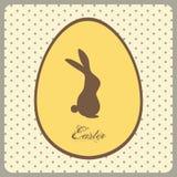 与兔宝宝的在葡萄酒背景的复活节彩蛋和文本 免版税库存照片