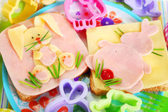 与兔宝宝的复活节三明治孩子的 库存图片