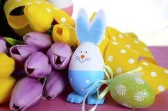 与兔宝宝的愉快的复活节彩蛋狩猎篮子怂恿 库存照片