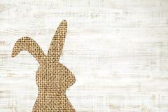 与兔宝宝的愉快的复活节贺卡木背景deco的 免版税库存照片