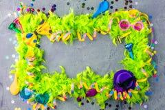 与党项目的五颜六色的生日或狂欢节框架在石背景 图库摄影