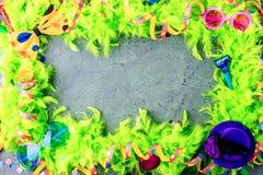 与党项目的五颜六色的生日或狂欢节框架在石背景 库存照片